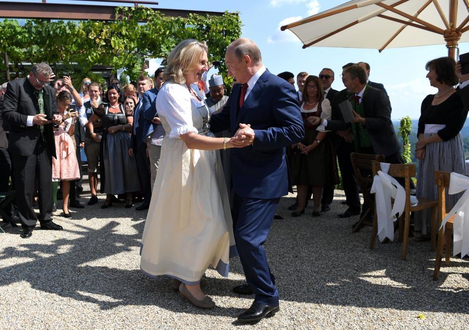 Putin si s Kneisslovou i zatančil