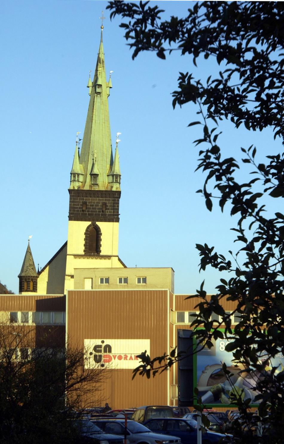 Věž kostela Nanebevzetí panny Maria za dnes již nestojící budovou tržnice na snímku z roku 2004