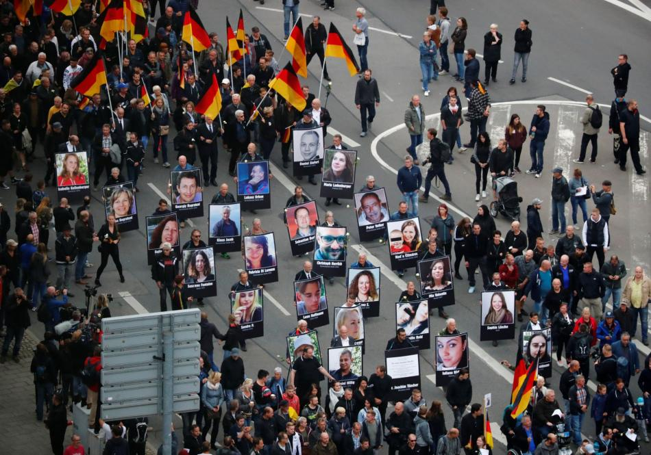 Demonstranti v Chemnitzu nesou portréty lidí zabitých přistěhovalci