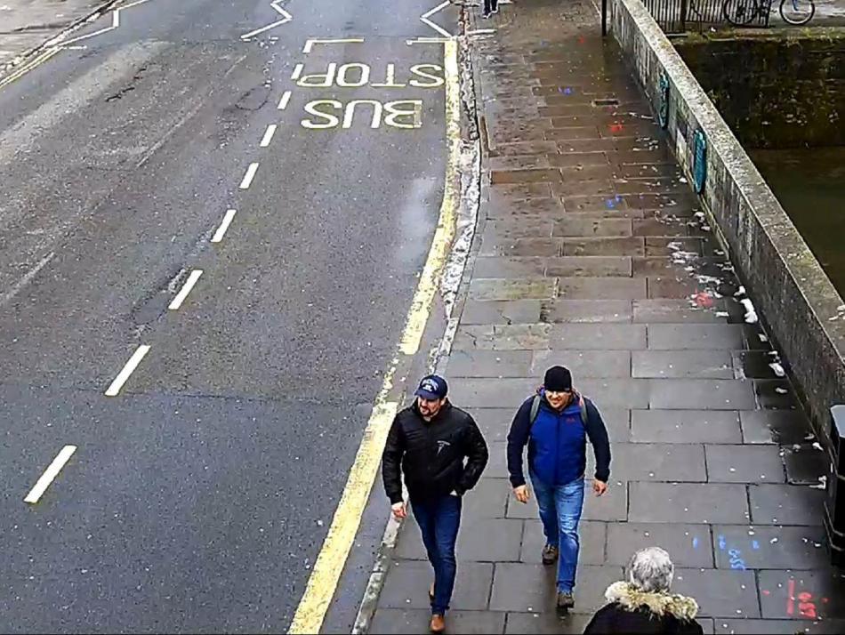 Dvojice Rusů podezřelých z otravy Skripala zachycená v Salisbury bezpečnostní kamerou