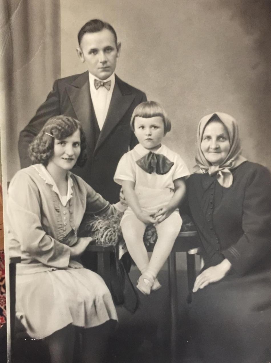 Vladislav Trampota s rodiči a babičkou