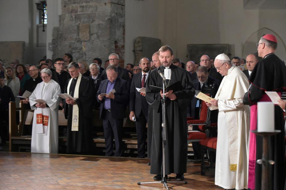 Papež během ekumenické bohuslužby v evangelické Dómské katedrále v Rize