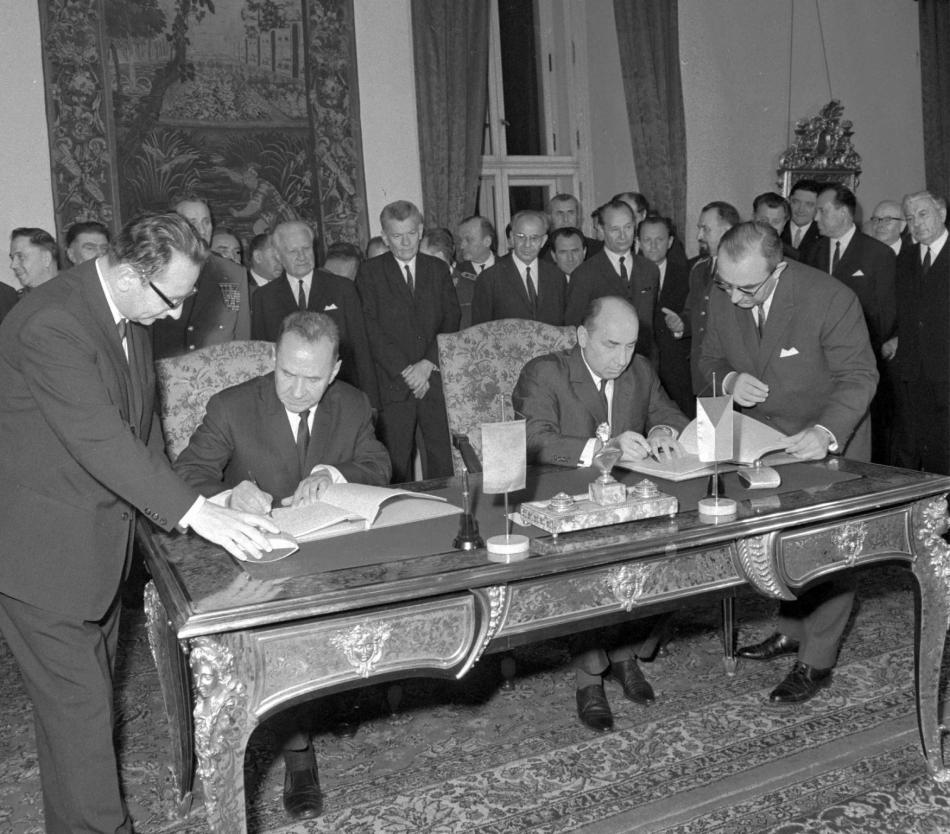 Předseda rady ministrů SSSR Alexej Kosygin a československý premiér Oldřich Černík podepisují dohodu o podmínkách dočasného pobytu sovětských vojsk