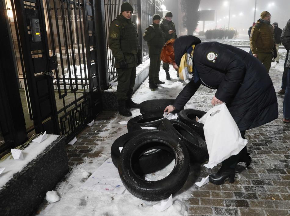 Protest před ruskou ambasádou v Kyjevě