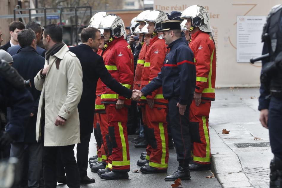 Prezident Macron se v neděli setkal také s hasiči.