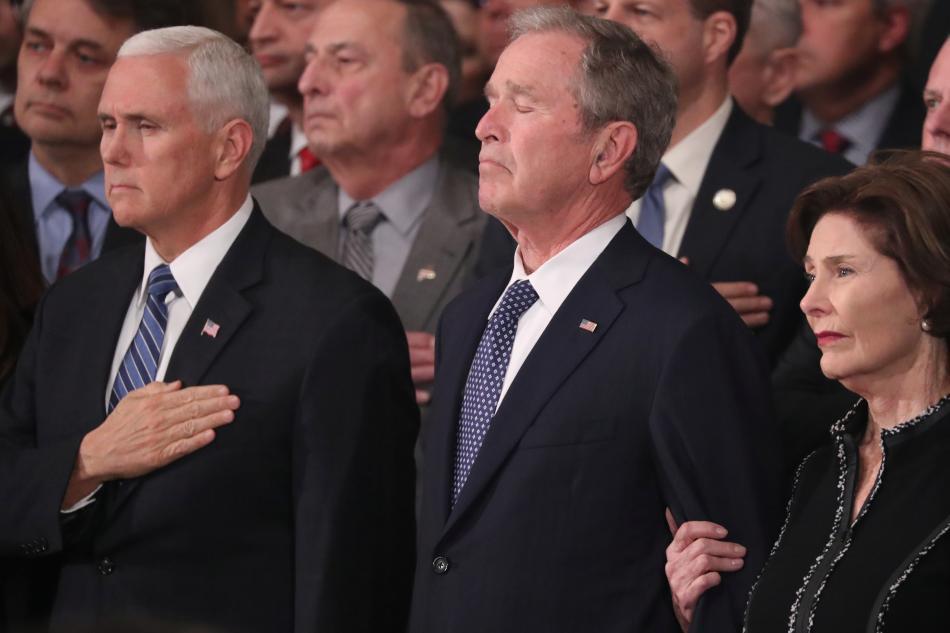 Viceprezident Mike Pence a George Bush mladší s manželkou během piety v rotundě Kapitolu
