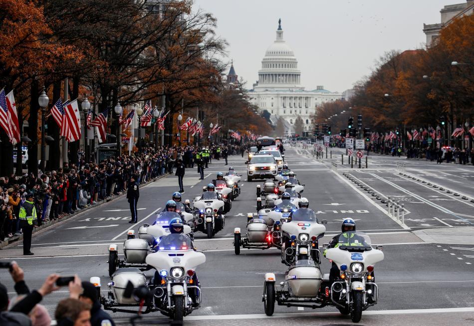 Kolona s rakví bývalého prezidenta Bushe staršího jedoucí po Pensylvánské třídě