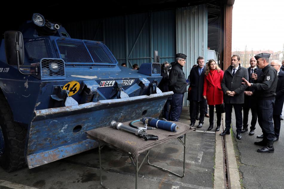 Ministr vnitra Castaner si prohlíži obrněný transportér na základně Satory ve Versailles u Paříže