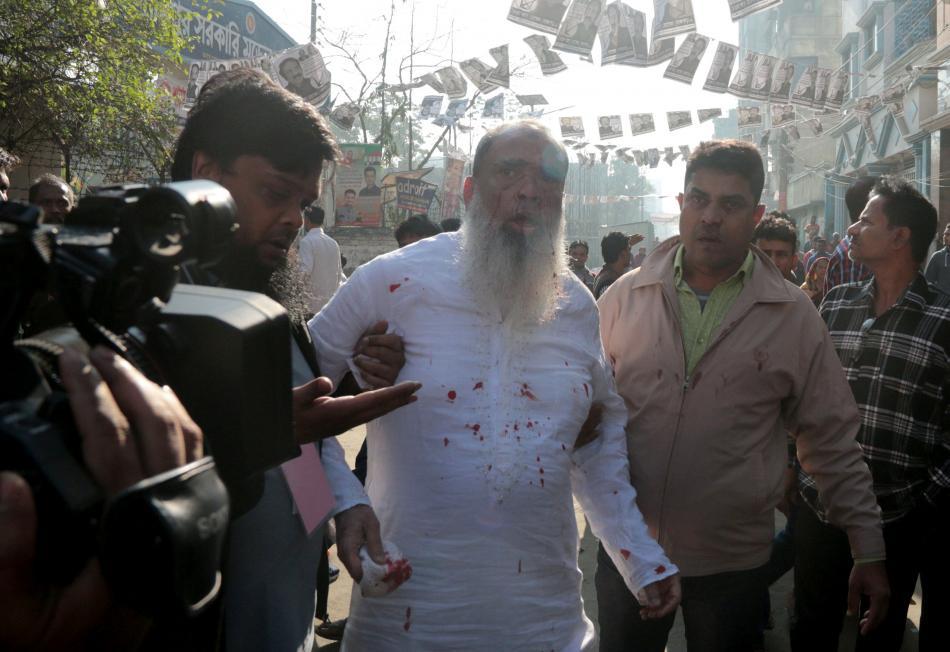 Jeden z opozičních kandidátů byl při nepokojích pobodán