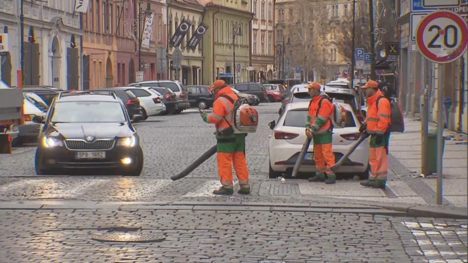 Úklidová četa v ulicích Prahy