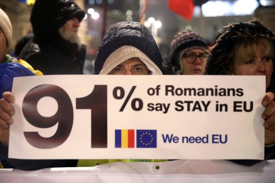 91 procent Rumunů chce zůstat v EU, hlásá transparent jednoho z demonstrantů v centru Bukurešti