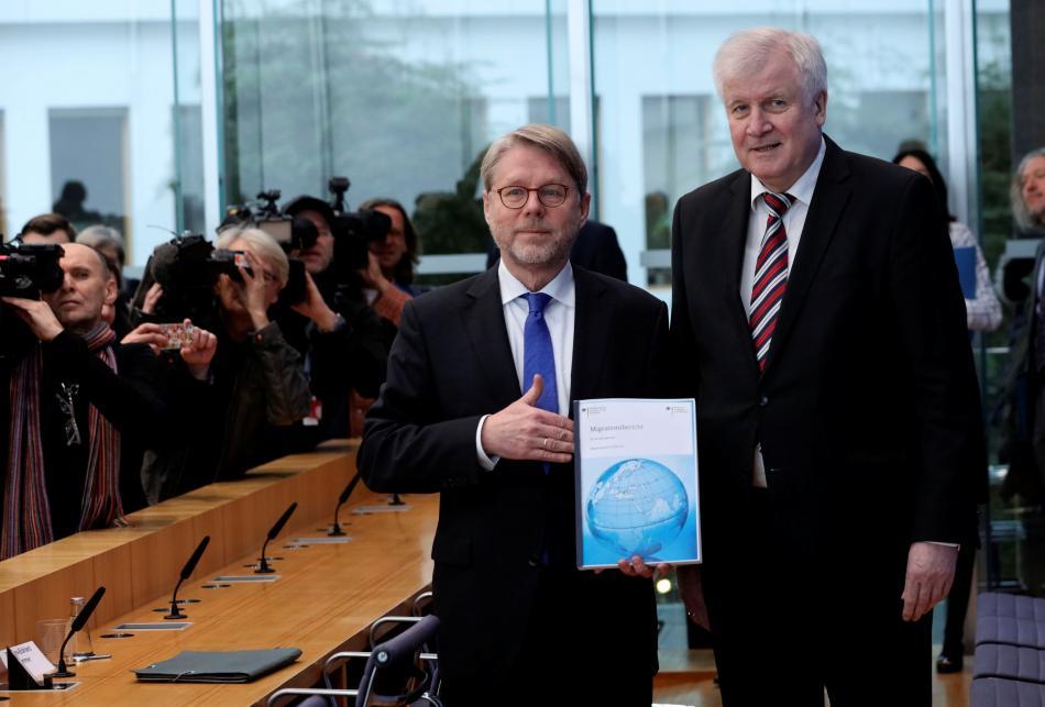 Eckhard Sommer a Horst Seehofer představili zprávu o migraci za loňský rok