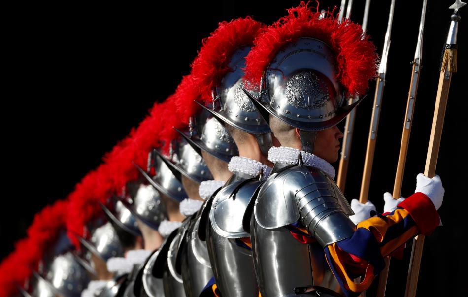 Příslušníci Švýcarské gardy se starými kovovými přilbami