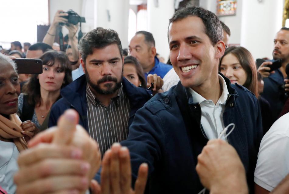 Juan Guaidó se zdraví se svými příznivci