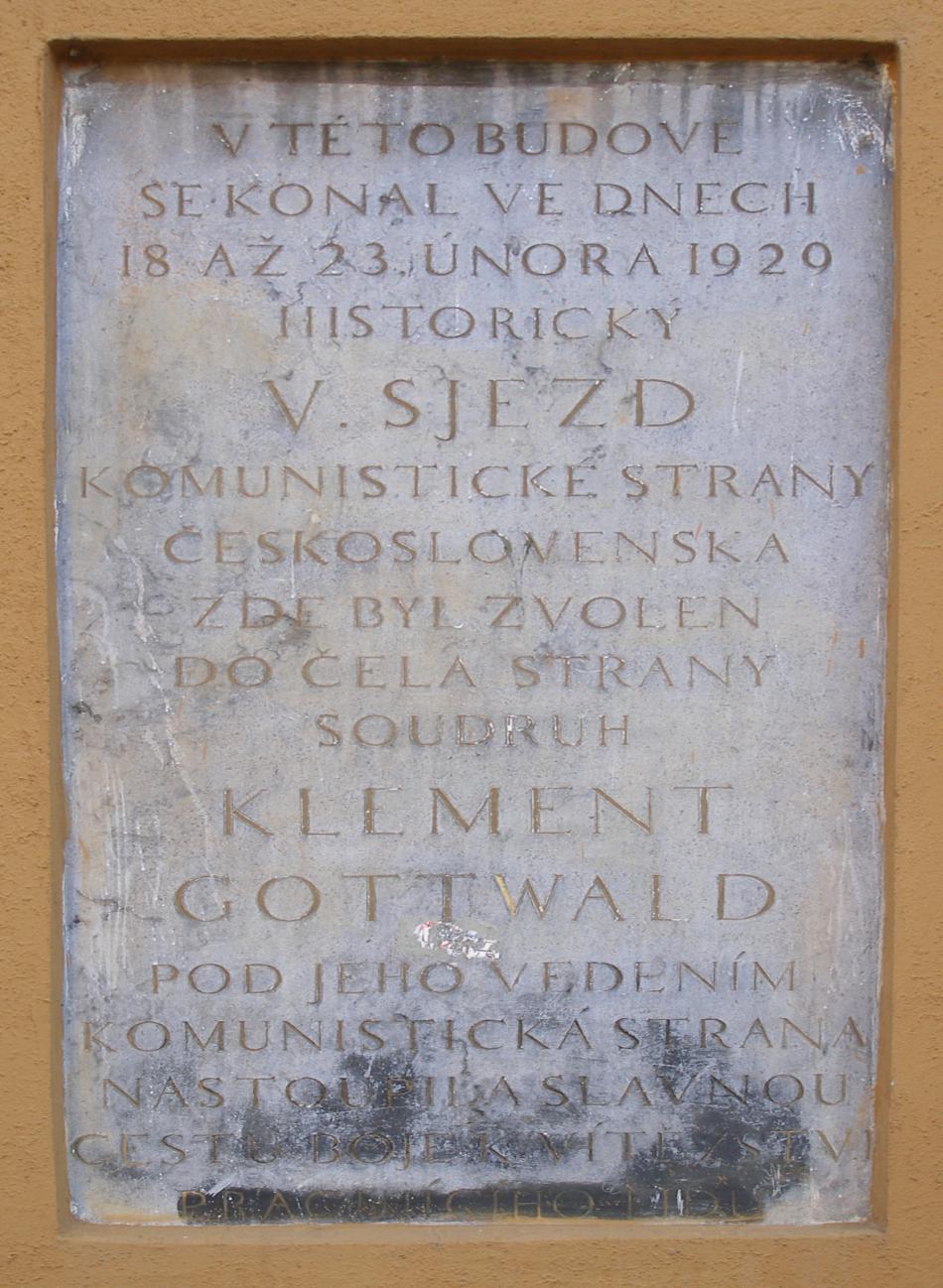 Detail pamětní desky na budově Domoviny