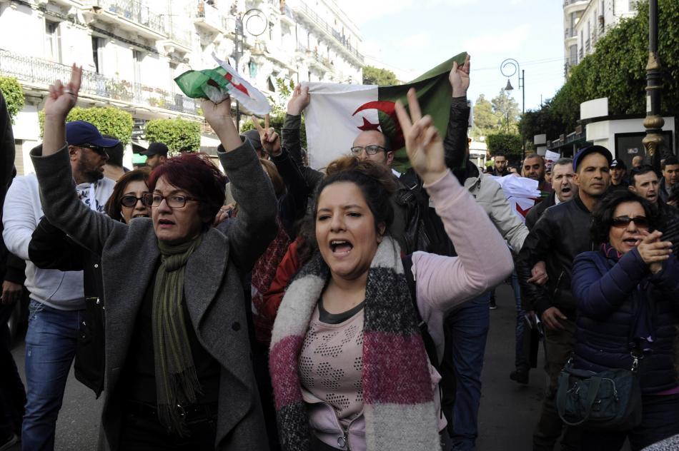 Alžířané demonstrují proti páté kandidatuře prezidenta Butefliky