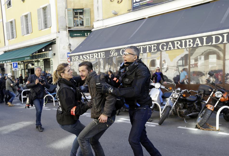 Jeden z demonstrantů zadržených během protestů v Nice