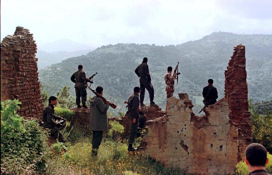 Místní obyvatelé na hlídce v horách, kde útočili islamistické skupiny na alžírské civilisty (1998)
