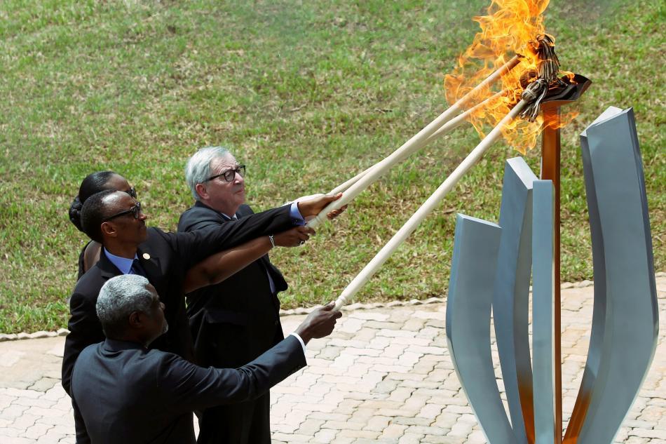 Politici během pietní akce zažehli v Kigali oheň naděje