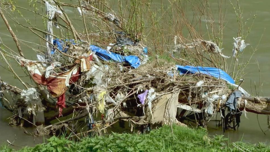 Znečištěná bosenská řeka