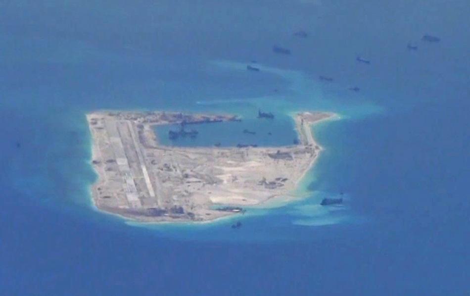 Čínské lodě budují základnu ve Spratlyho ostrovech