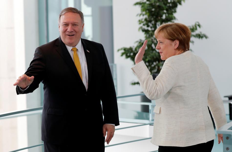 Mike Pompeo a Angela Merkelová před jednáním v Berlíně