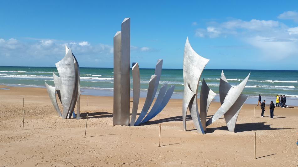 Pomník na pláži Omaha s názvem Hrdinové od Anilore Banona