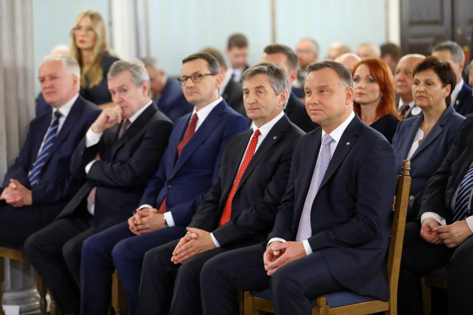 Premiér Morawiecki (uprostřed) a prezident Duda (vpravo na kraji) na slavnostním zasedání Senátu