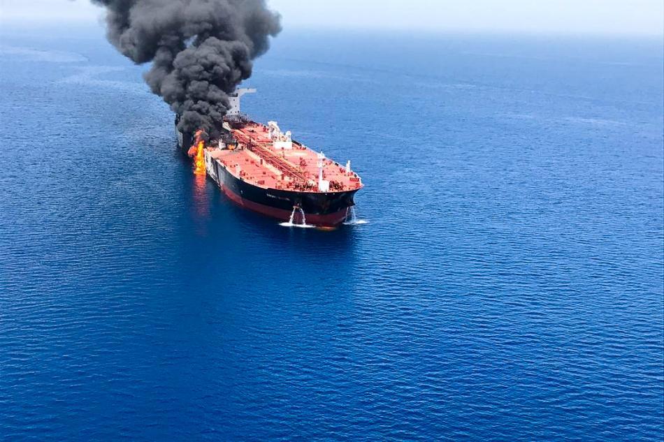 Hořící tanker Front Altair
