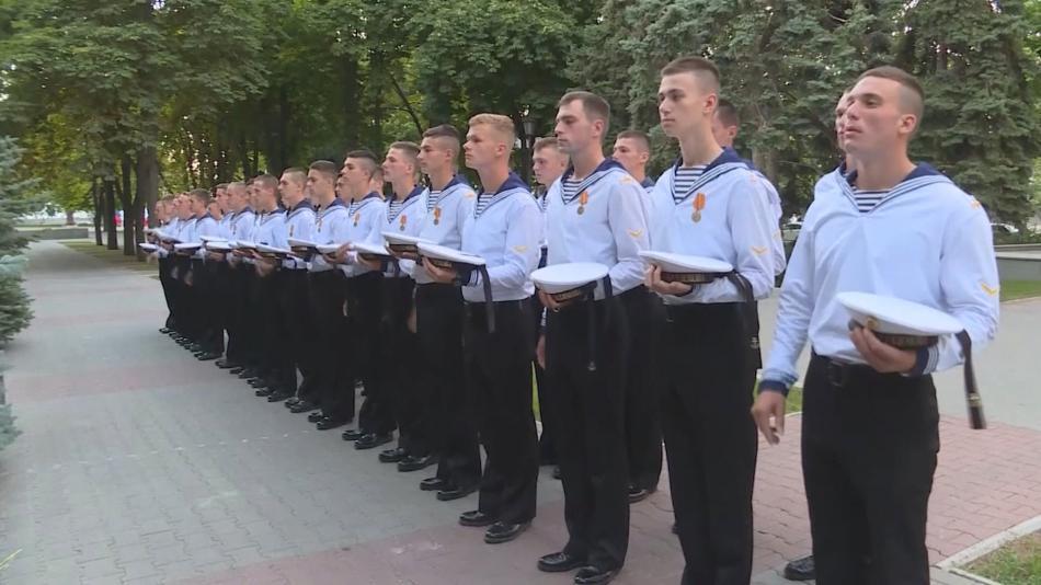 Ruští námořníci vzdávají poctu kolegům, kteří nepřežili požár v batyskafu