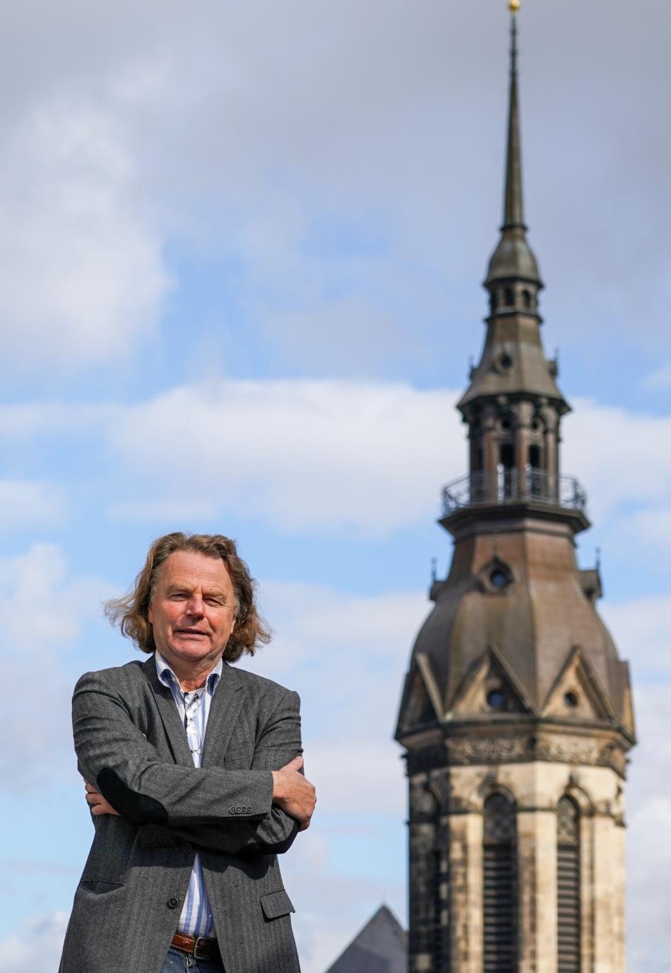 Schefke v září 2019 před kostelní věží v Lipsku, odkud s Radomskim natáčeli protesty