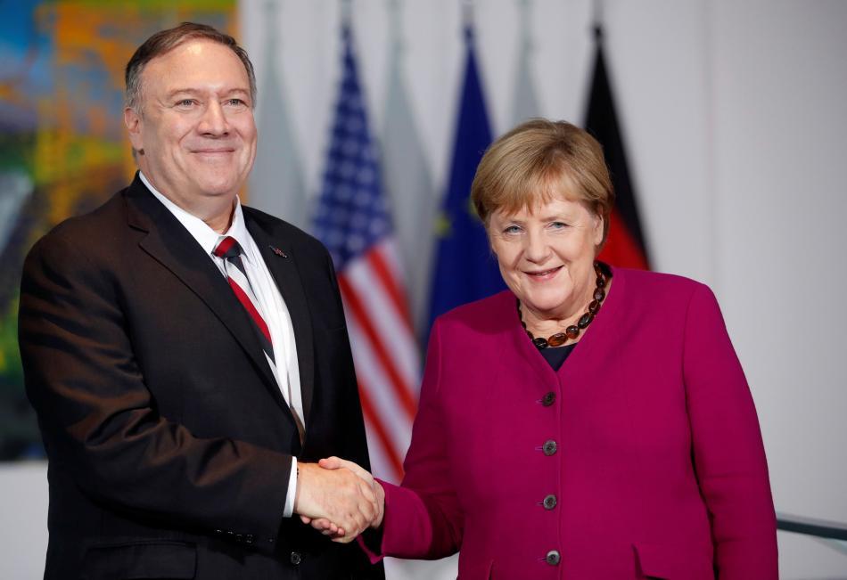 Mike Pompeo a Angela Merkelová v Berlíně