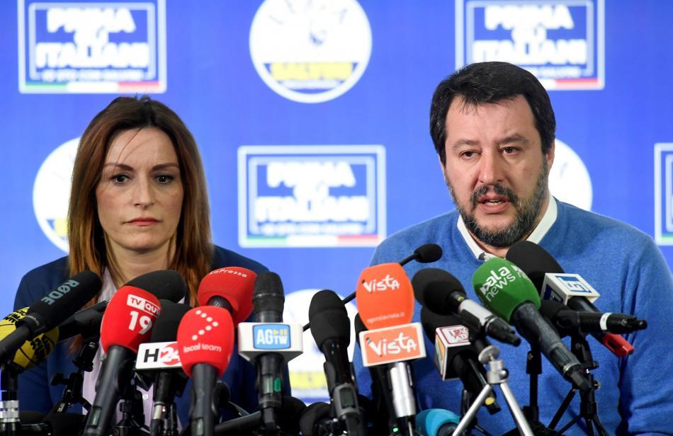 Lucia Borgonzoniová a Matteo Salvini na povolební tiskové konference