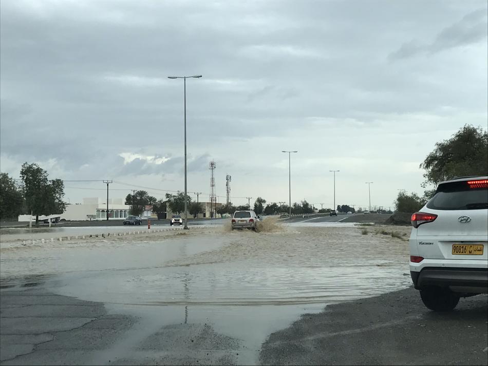 Zaplavená hlavní silnice v ománském Suháru