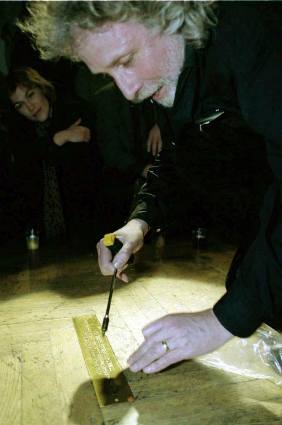 Na památku 30 let Husy na provázku zasadil umělecký ředitel divadla Petr Oslzlý zlatou parketu do brněnského Domu umění