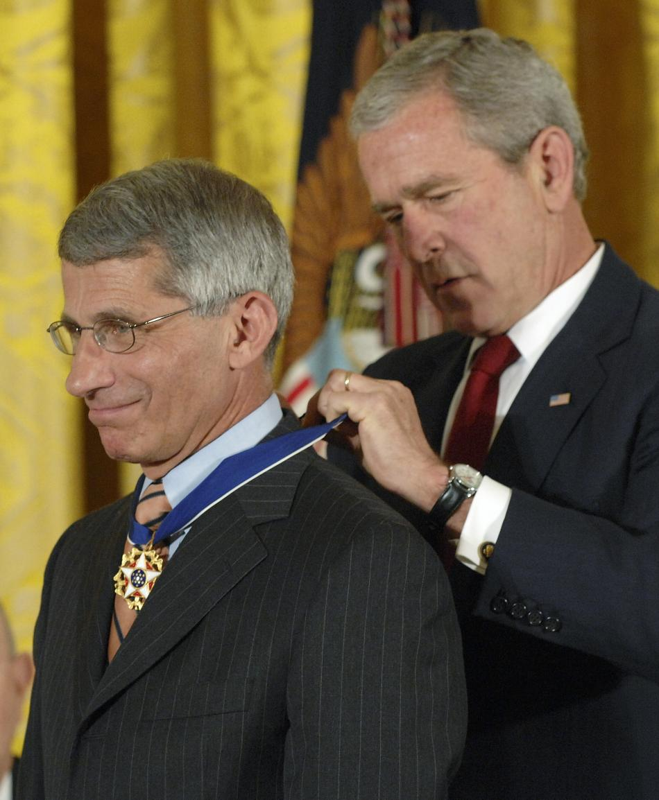 Prezident George W. Bush uděluje Faucimu prezidentskou medaili svobody
