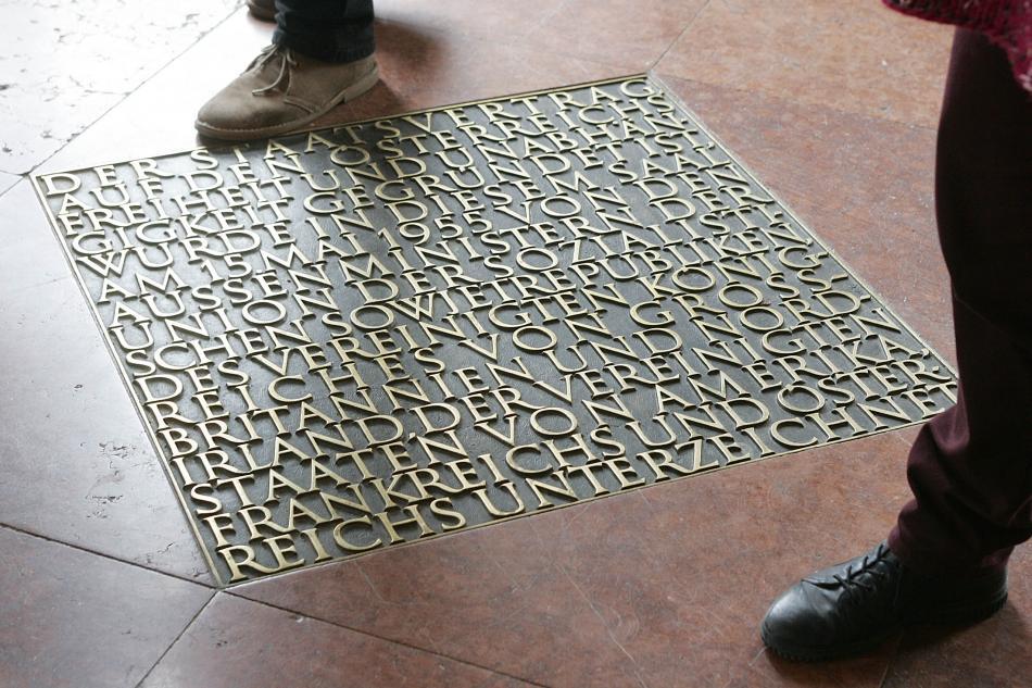 Deska v podlaze Belvederu připomínající podpis smlouvy