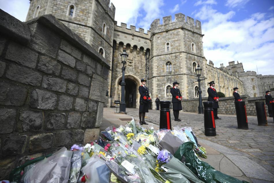 Lidé kladou květiny k hradu Windsor