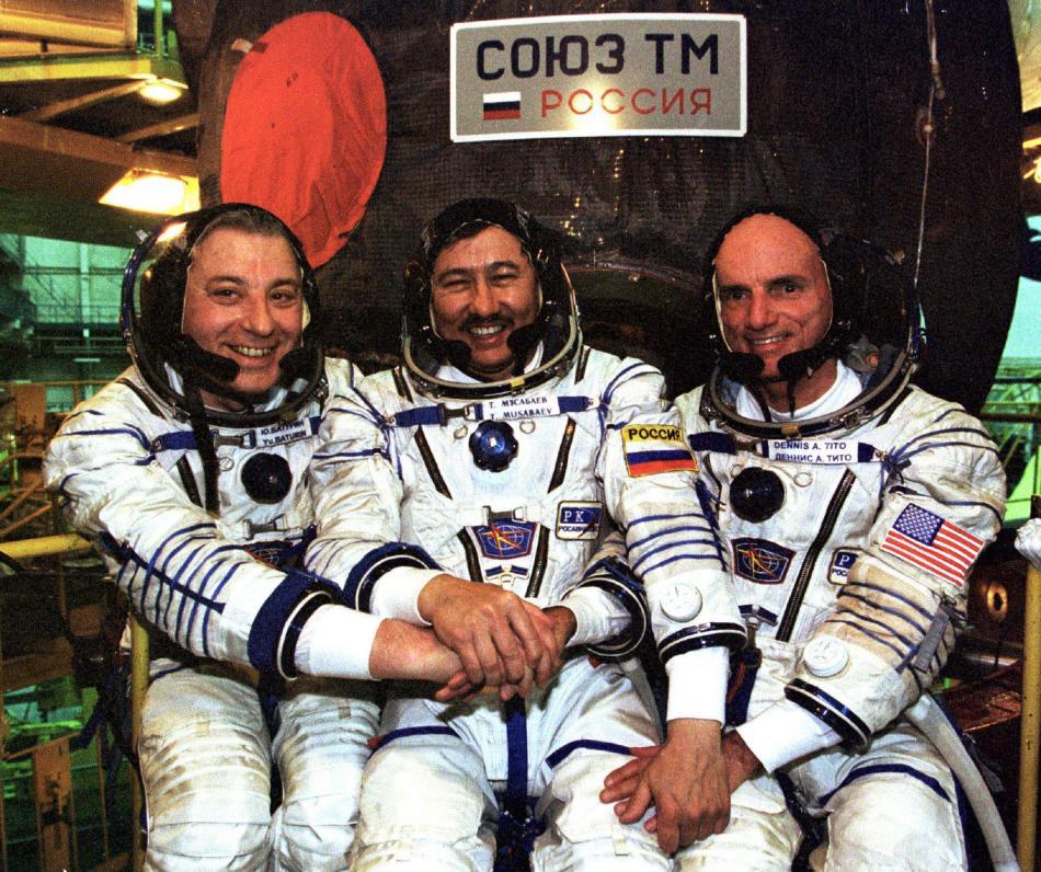 Posádka, která přepravila do vesmírnu prvního turistu - Dennise Tita (vpravo)
