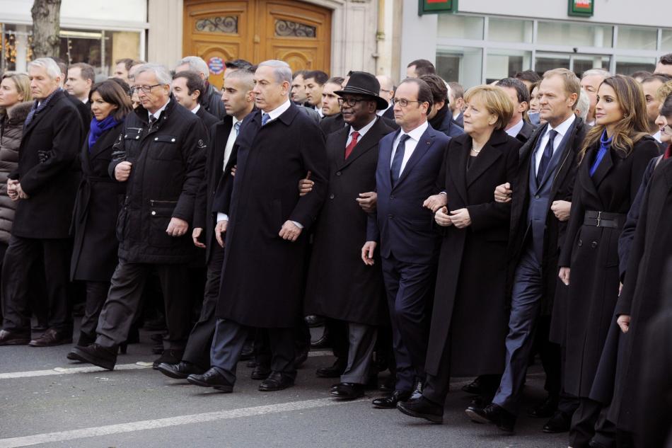 Státníci například Francie, Německa nebo Izrale jdou ruku v ruce při pietním aktu po útoku na redakci Charlie Hebdo