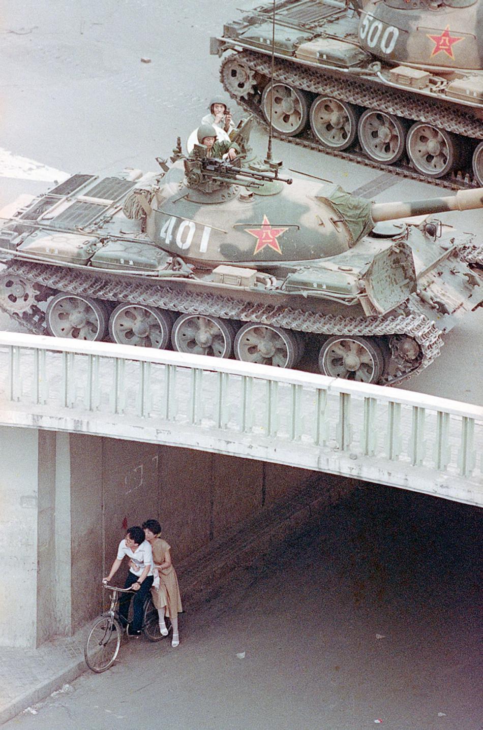 Pár mladých lidí se kryje pod mostem, Peking 1989