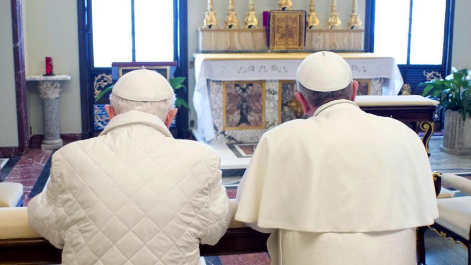František a Benedikt při společné modlitbě