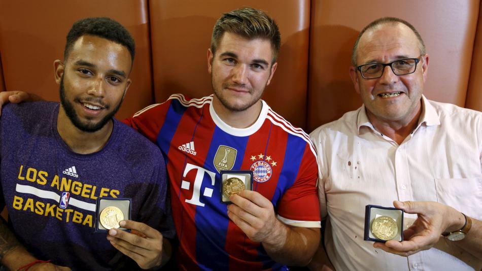 Muži, kteří zneškodnili střelce, dostali medaili za statečnost