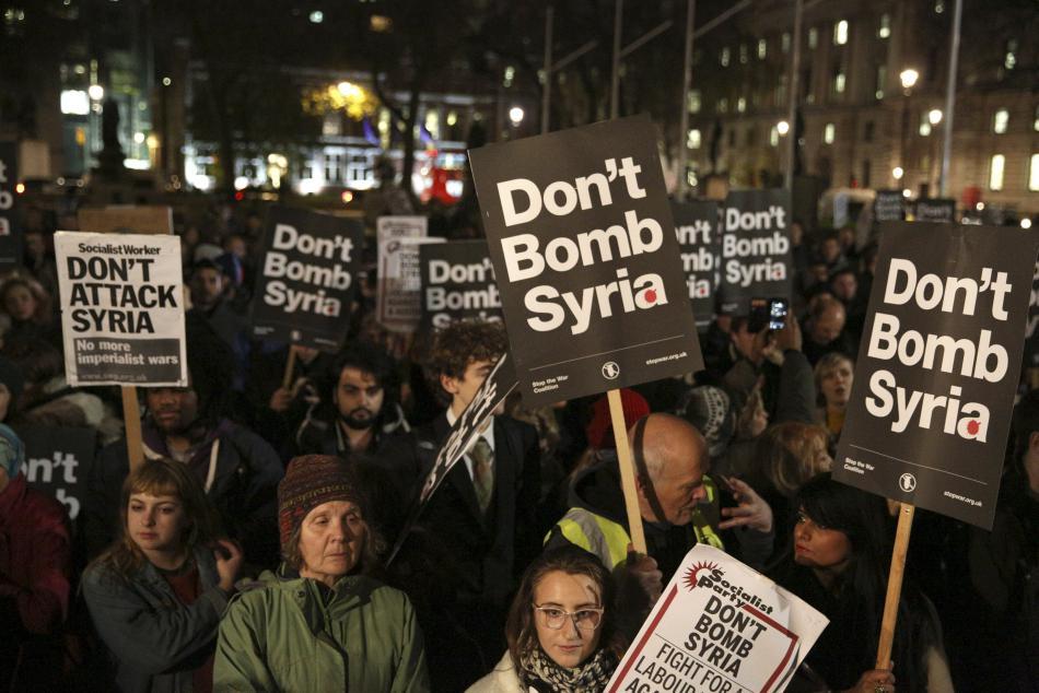 Britové před parlamentem demonstrovali proti náletům v Sýrii
