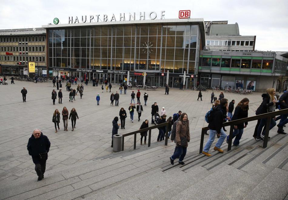 Před nádražím v Kolíně nad Rýnem došlo k desítkám útoků