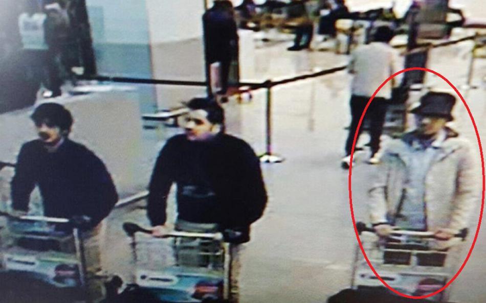 Záběr letištních kamer na trojici podezřelých