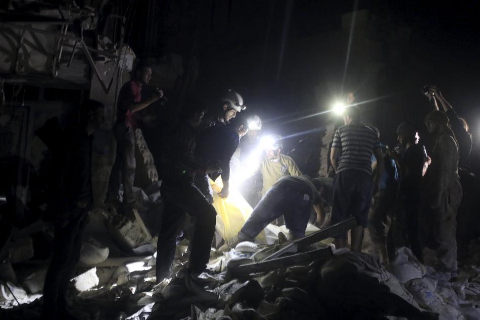 Záchranáři u trosek zasažené nemocnice