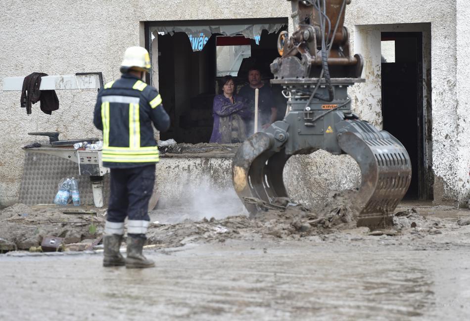 Hasiči odstraňují nánosy ze silnice v obci Simbach am Inn