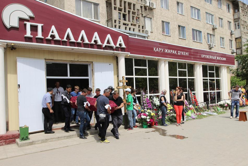 Pohřeb jedné z obětí útoku v Aktobe