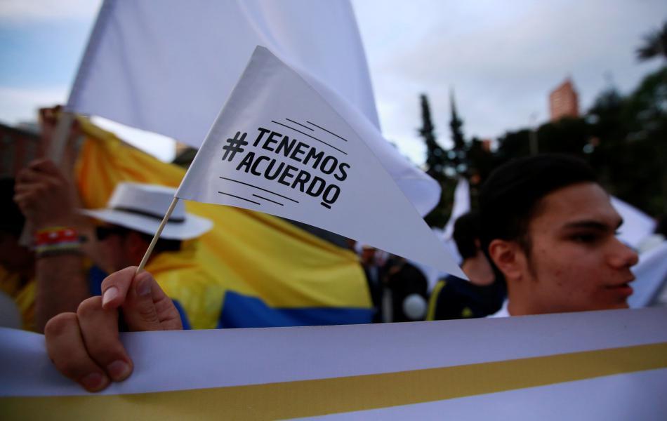 Demonstranti podporující novou dohodu s FARC